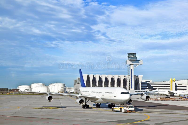飞机推迟起飞车被推回的航空器 库存照片