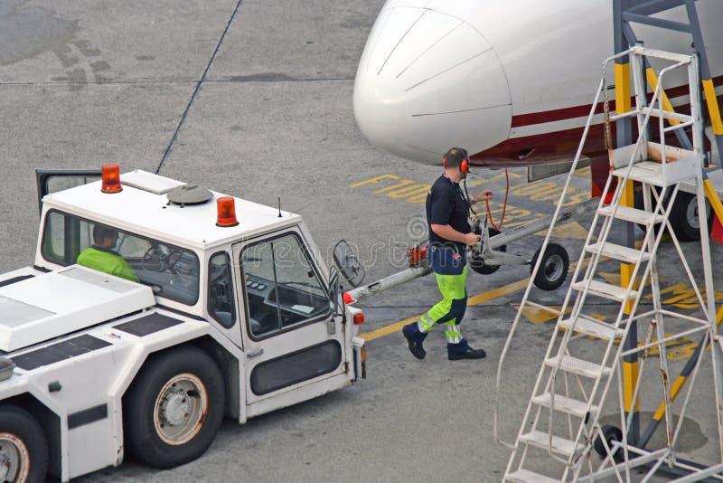 飞机机场柏林德国tegel拖拉机 库存图片