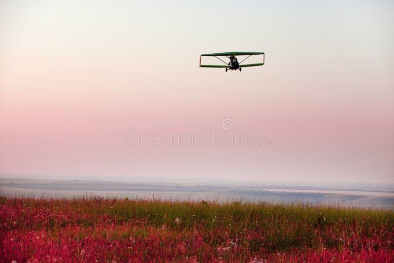 飞机满足日落 免版税库存照片