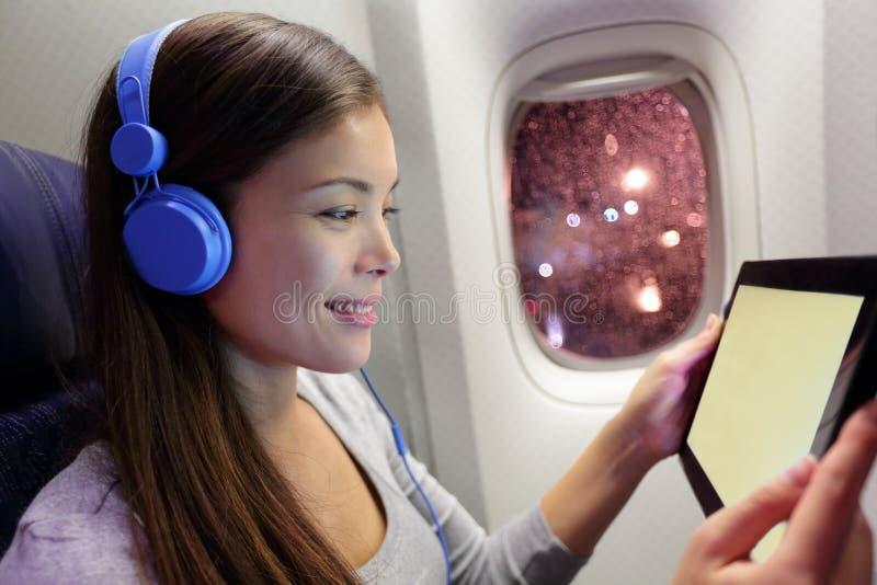 飞机的乘客使用片剂计算机 库存图片