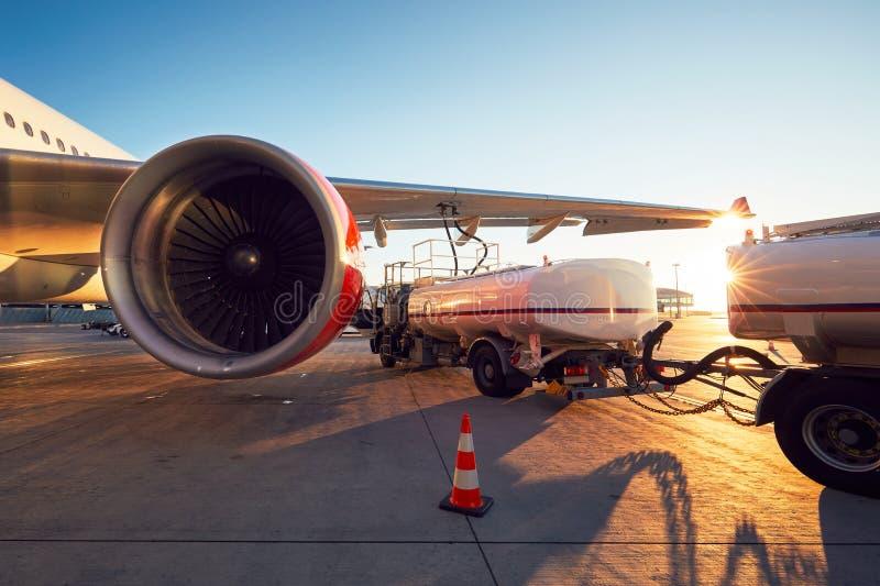 飞机的换装燃料 免版税库存照片