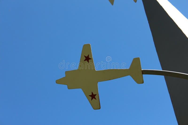 飞机的模型有星的在蓝天背景 免版税库存图片