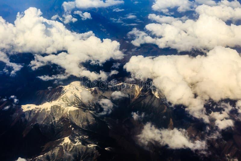 从飞机的看法在云彩和天空上 库存图片