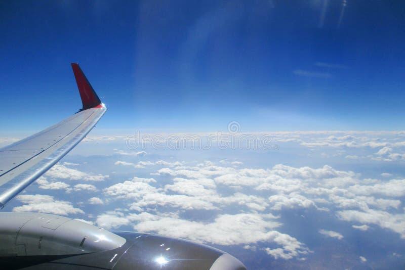 飞机的翼反对云彩的 免版税库存图片