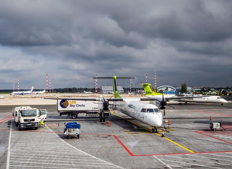 飞机的起飞前的服务 免版税库存图片