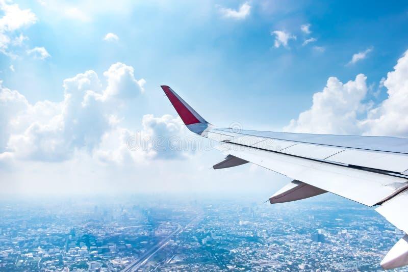 从飞机的鸟瞰图看曼谷和蓝色风景视图  免版税库存照片