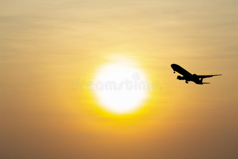 飞机离开机场尽量延缓张伞的跳伞运动产业货物事务,概念:乘客商业现代可航行的旅行和 库存图片