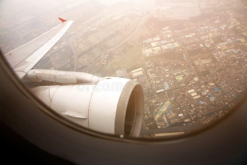 飞机空运从中国市窗口的飞行视图早晨 r 飞机的翼 免版税库存图片