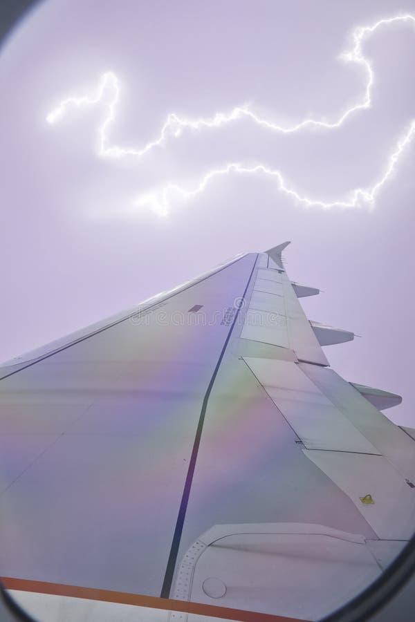 飞机窗口视图在wingside的通过风暴 库存照片