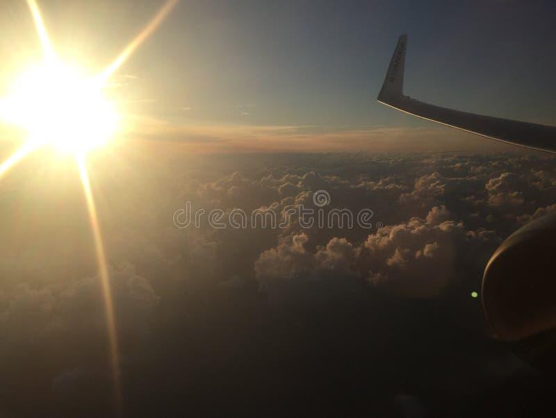 Download 飞机翼和引擎有太阳和云彩的 编辑类库存照片. 图片 包括有 行业, 远航, 云彩, alameda, 航空 - 104382223
