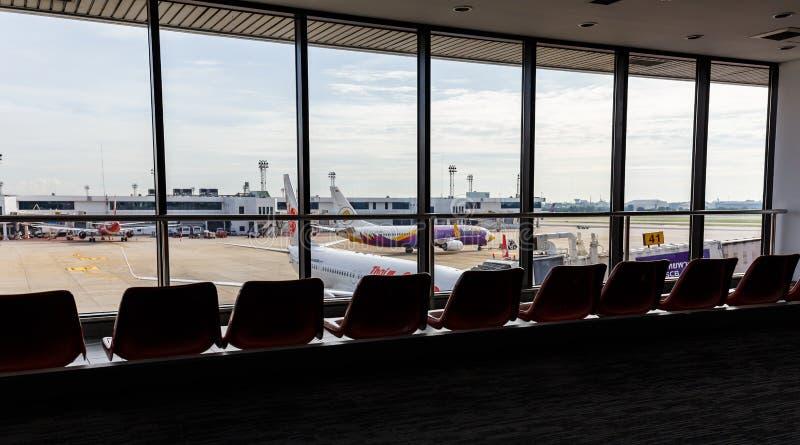 飞机连接了到jetway在廊曼国际机场 免版税库存照片
