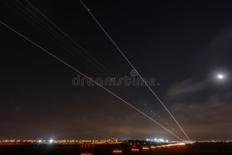 飞机长的曝光点燃着陆入机场 免版税库存图片