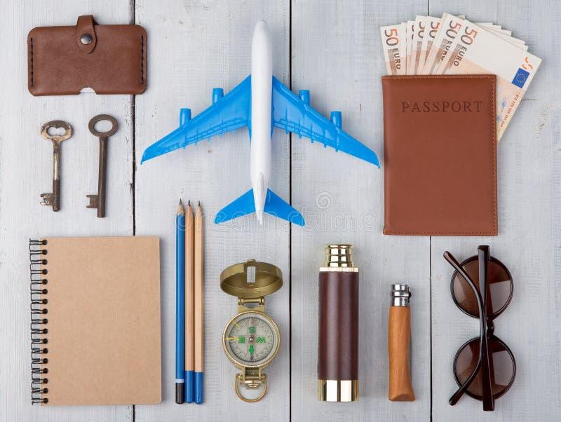 飞机,护照,金钱,指南针,太阳镜,双筒望远镜,笔记本,钥匙,钱包 库存照片