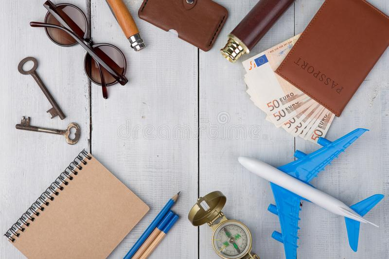 飞机,护照,金钱,指南针,太阳镜,双筒望远镜,笔记本,钥匙,钱包 免版税库存照片
