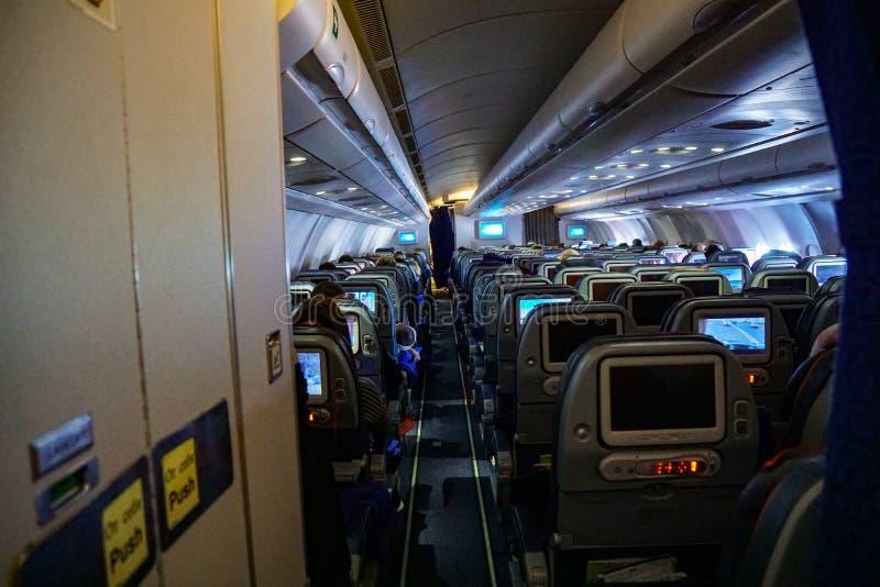 飞机,飞机,空中客车的尾巴的看法的客舱 免版税图库摄影