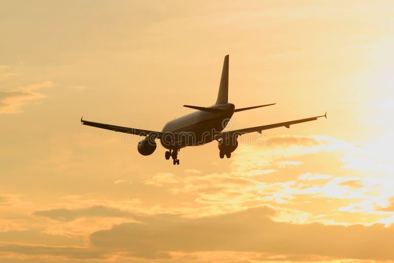 飞机离去对衰落 免版税库存照片
