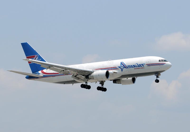 飞机amerijet cago着陆 免版税库存图片
