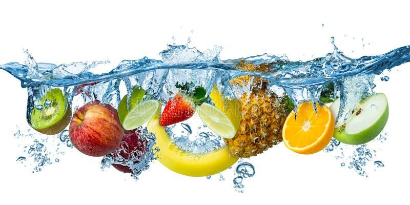 飞溅入蓝色清楚的水飞溅健康食品饮食生气勃勃概念被隔绝的白色背景的新鲜的多果子 库存照片