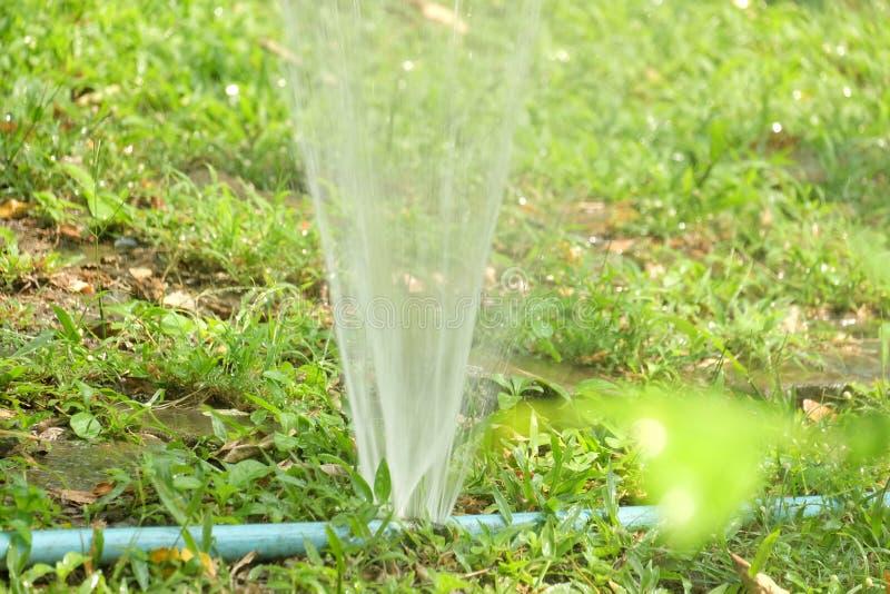 飞溅和喷洒从一个蓝色pvc管子 库存照片