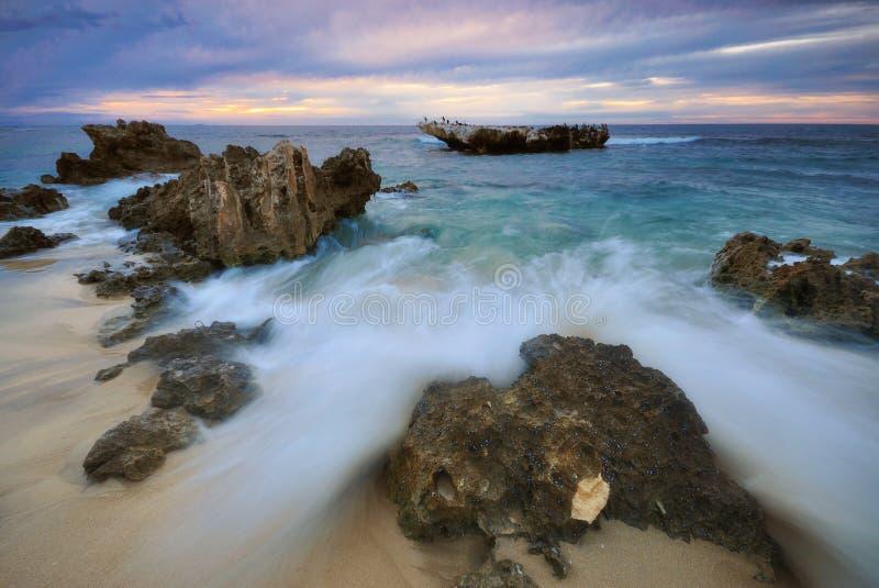 飞溅在岩石上的通知 免版税库存照片