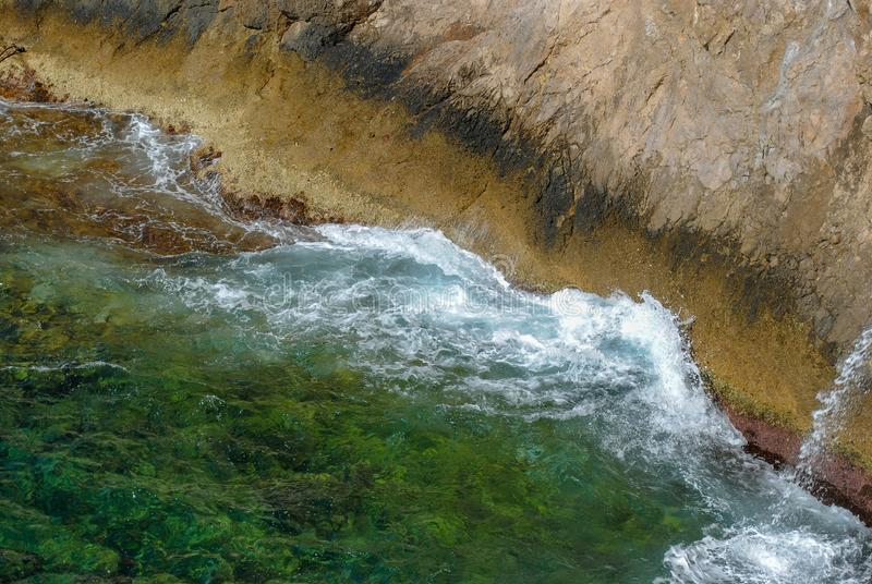 飞溅在岩石绿色豪华的自然的海波浪围拢美丽的海水在一个加勒比天堂海岛 图库摄影