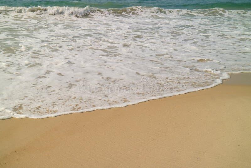 飞溅在沙滩的海洋的波浪 免版税库存图片