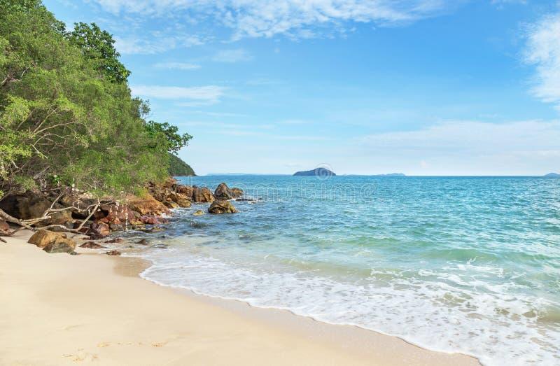 飞溅在海滩的白色软的波浪 库存照片