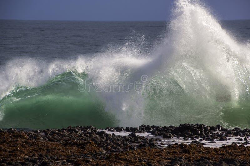 飞溅在玄武岩的波浪晃动在海洋海滩Bunbury西澳州 库存图片