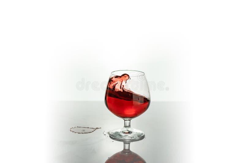 飞溅在玻璃外面的红酒,在白色 库存照片