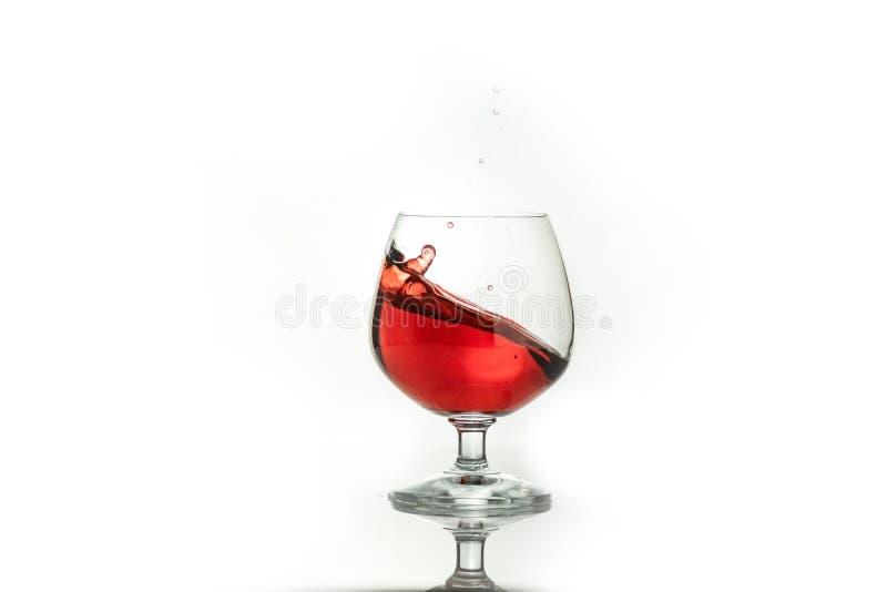 飞溅在玻璃外面的红酒,在白色 库存图片