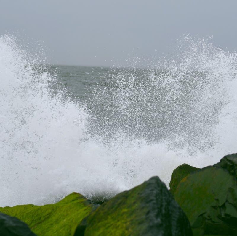 飞溅岩石的波浪 免版税库存图片
