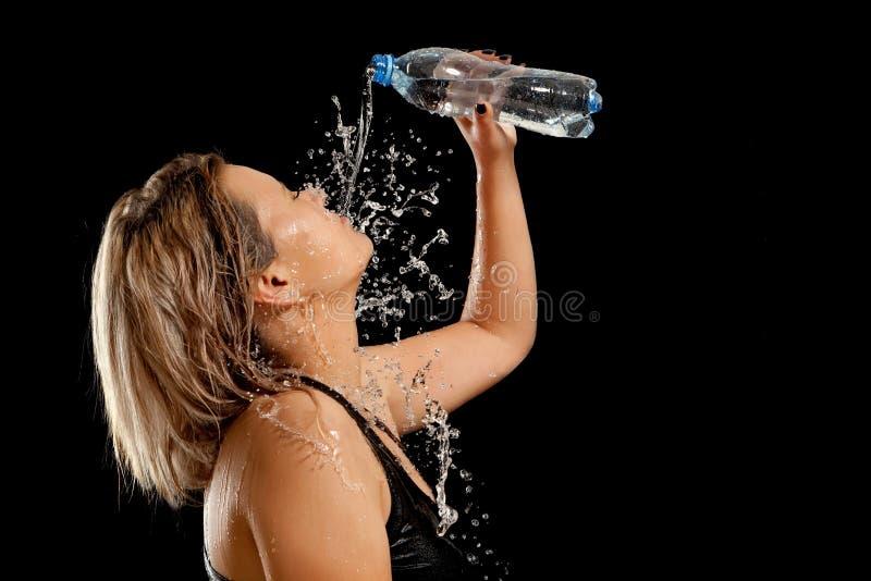 飞溅水在妇女的面孔 库存照片