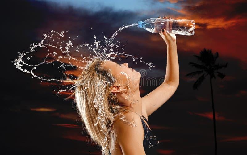 飞溅水在妇女的面孔 免版税库存照片