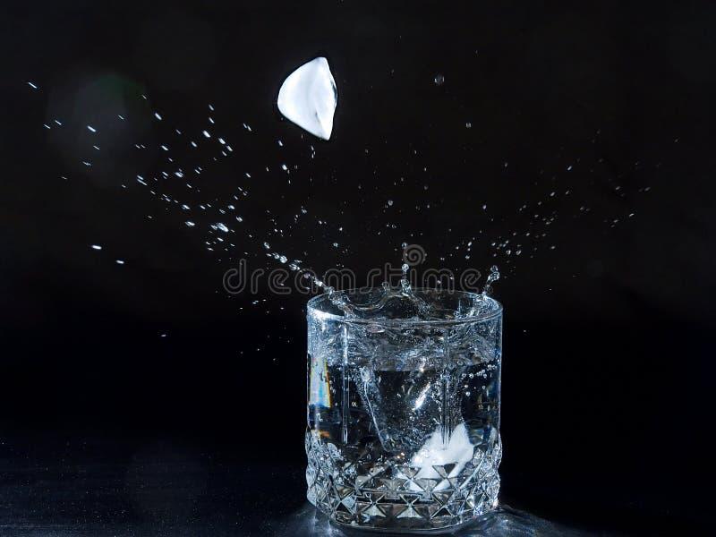 飞溅水的冰 库存照片