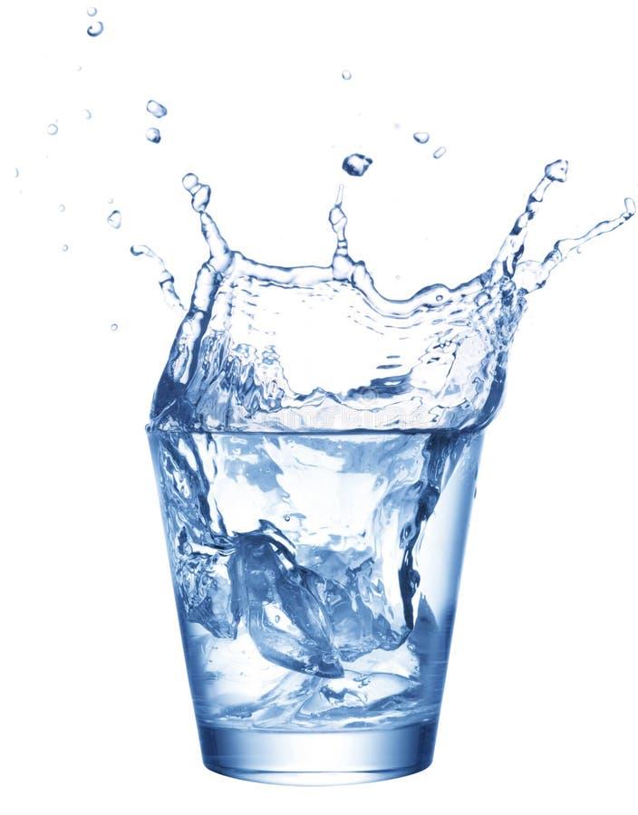 飞溅水的杯子冰 免版税库存照片