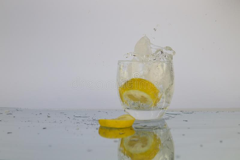 飞溅水的柠檬 库存照片
