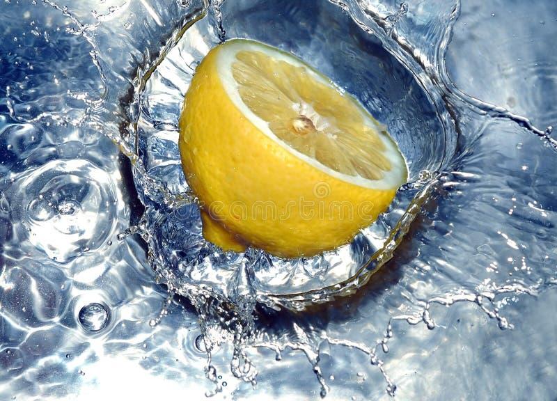 飞溅水的柠檬 免版税图库摄影