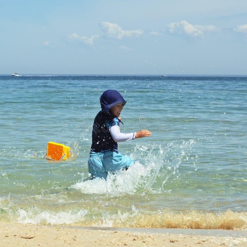 飞溅水的男孩 库存照片