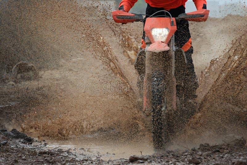 飞溅泥的摩托车越野赛司机 库存图片