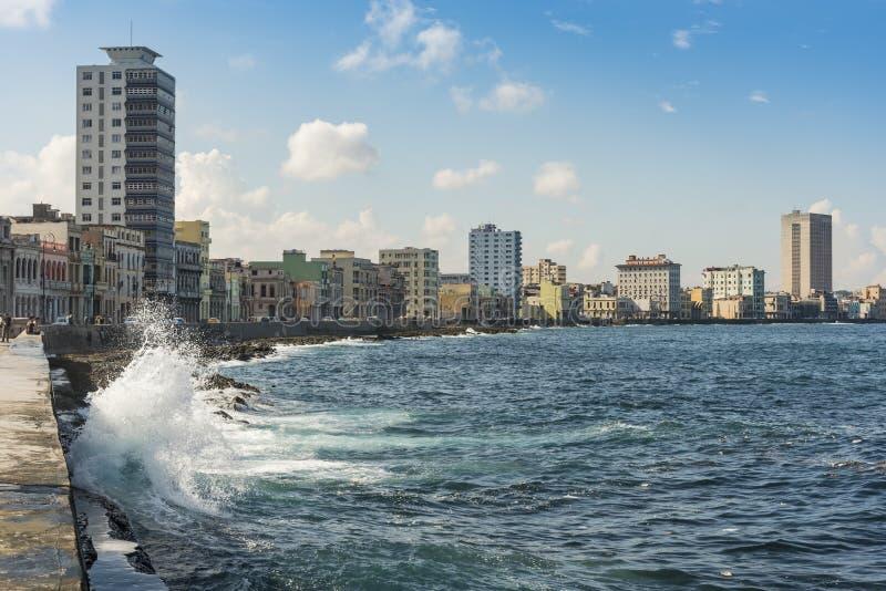 飞溅海波浪Malecon哈瓦那 免版税库存图片