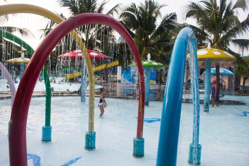飞溅的喷泉在水公园 免版税库存图片