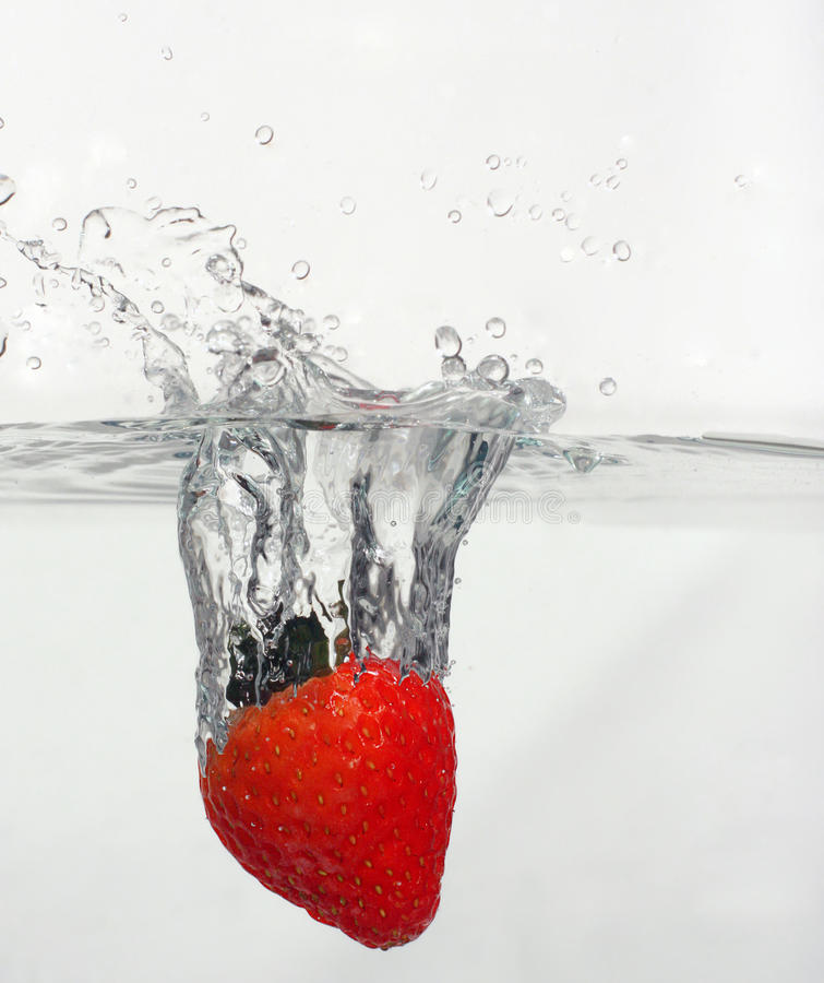 飞溅草莓 免版税库存照片