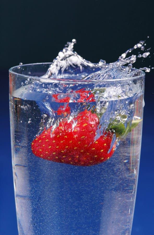 飞溅草莓 免版税库存图片