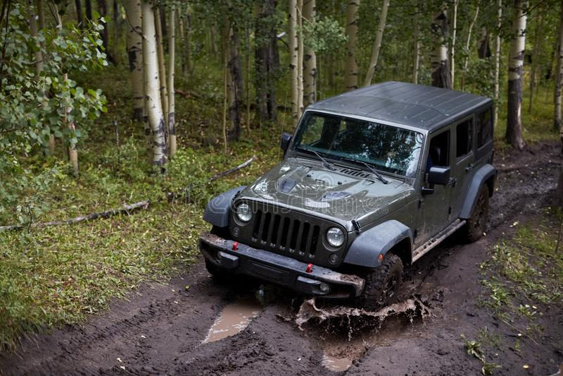 飞溅通过泥的四轮驱动的车 库存照片