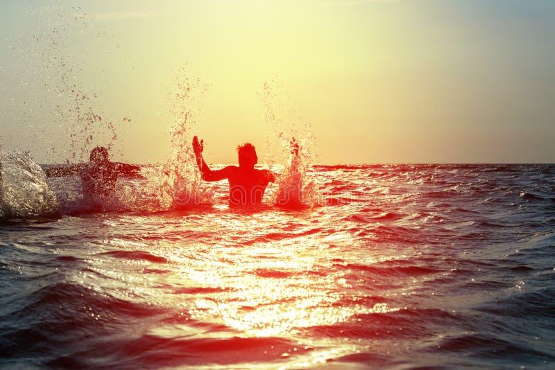Download 飞溅水的三个年轻人在海 库存图片. 图片 包括有 天空, 日落, 人们, 飞溅, 阳光, 上涨, 喜悦, 节假日 - 72370589