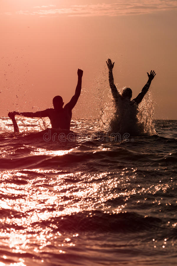 Download 飞溅水的两个年轻人在海 库存图片. 图片 包括有 形状, 火箭筒, 生活方式, 乐趣, 愉快, 一起, 背包 - 72370611