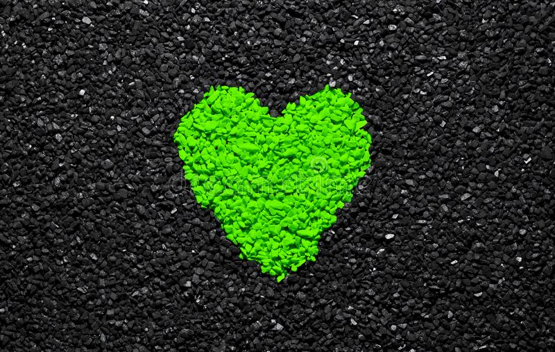 飞碟绿色,时髦颜色,在黑织地不很细背景的心脏,石头,石渣和木瓦,爱墙纸,华伦泰 免版税库存照片