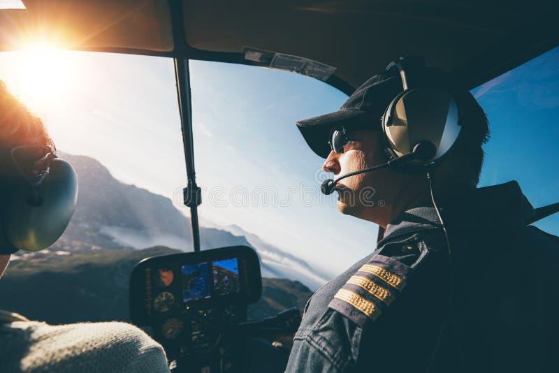 飞行一架直升机在一个晴天 免版税库存照片
