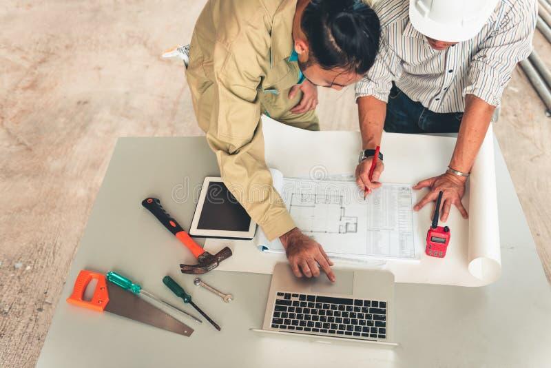 飞行为新的项目的工程师和建筑师项目管理队  免版税图库摄影