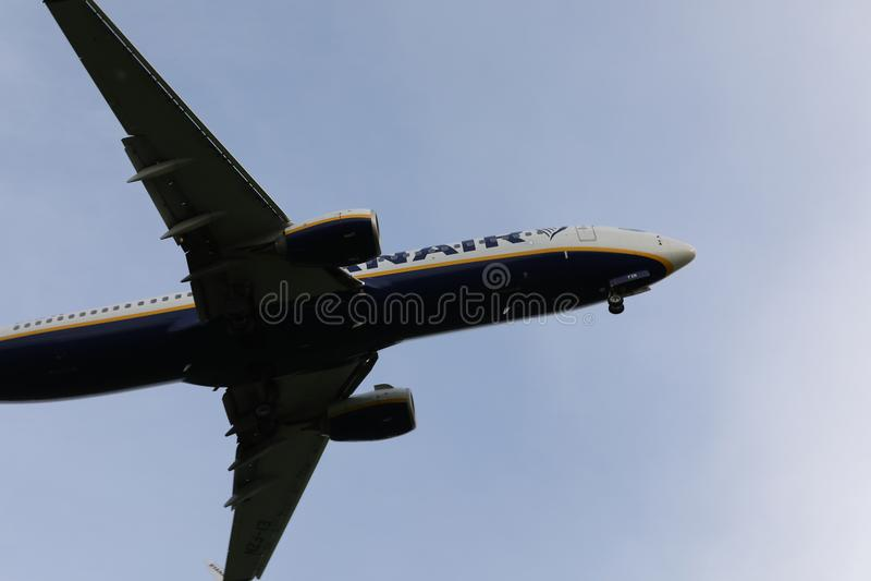 飞行从下面在天空,看法的瑞安航空公司波音喷气机 免版税图库摄影
